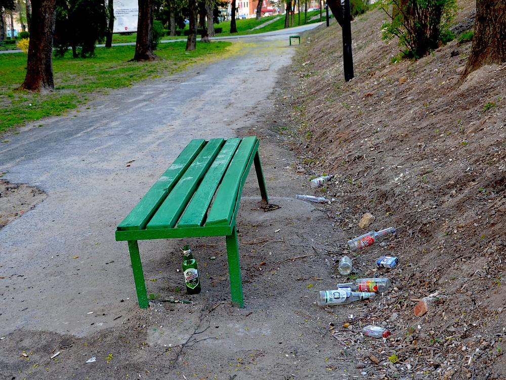 Piją, palą i śmiecą